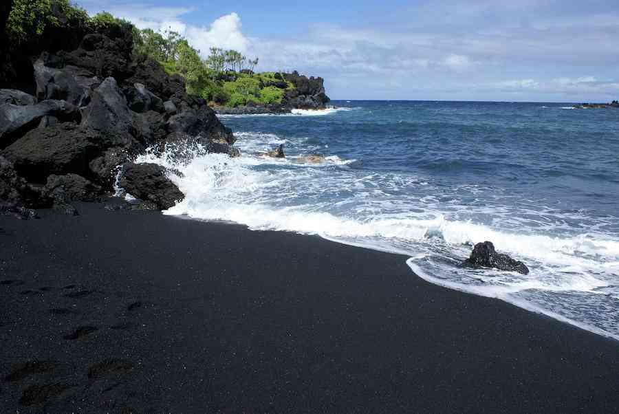 18 Unusual Beaches You Have Never Heard Of Before: black sand beach hawaii